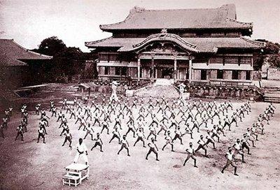 Pratica di fronte al Castello di Shuri (Okinawa - 1938)